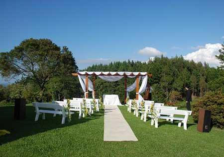 foto de casamento acontecendo ao ar livre
