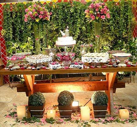 se você desejar ideias para decorar as mesas que vão ser usadas para colocar um bolo em um casamento rústico, aqui vem imagens