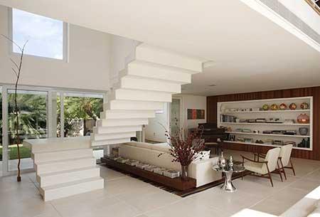 Decora o de casas pequenas baratas bonitas ideias fotos for Sala de estar grande com escada