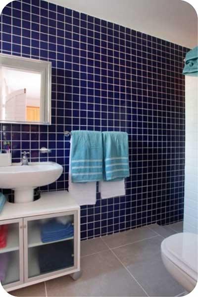 51 BANHEIROS DECORADOS COM PASTILHAS -> Pia Banheiro Azul
