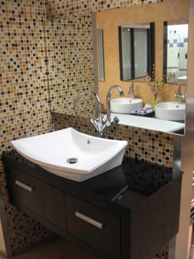 51 BANHEIROS DECORADOS COM PASTILHAS -> Banheiro Pequeno Branco E Marrom