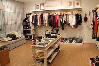 As lojas de roupa masculina, de uma forma geral, não são tão imaginativas como as outras lojas, o que é uma pena. Para si, que tem uma loja de roupa masculina, é a oportunidade de ser diferente num mar de lojas todas iguais.