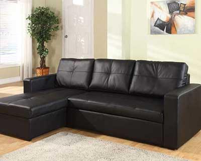 Em relação ao sofá preto de tecido, o sofá preto de couro causa