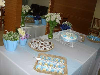 mesa com salgadinhos