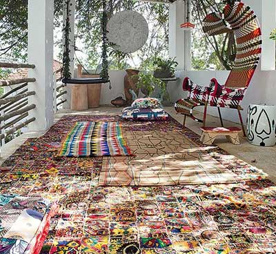 O tapete é um acessório indispensável para incrementar a decoração da sua sala, além de deixá-la mais aconchegante e agregar personalidade ao estilo do ambiente. Independente do tamanho e do piso da sua sala, seja ele frio ou de madeira, a escolha certa do tapete cairá bem.