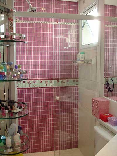 decoracao de banheiro vermelho e branco:Uma dica importante: se seu azulejo de banheiro tem desenhos e
