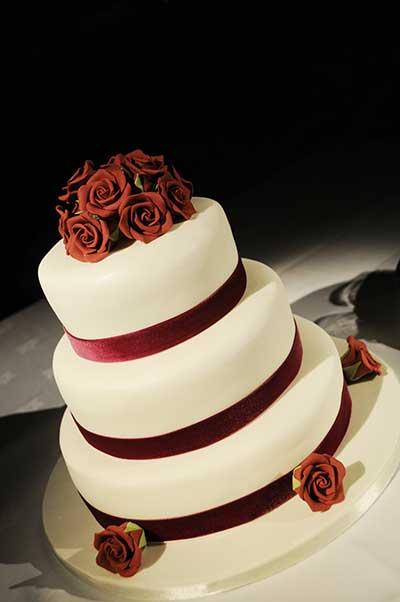 imagem de bolo decorado de casamento
