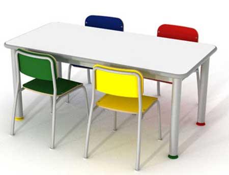 com cadeiras coloridas