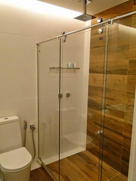 30 Banheiros com Porcelanato Bege, Branco, Preto, Amarelo -> Banheiro Simples De Sitio