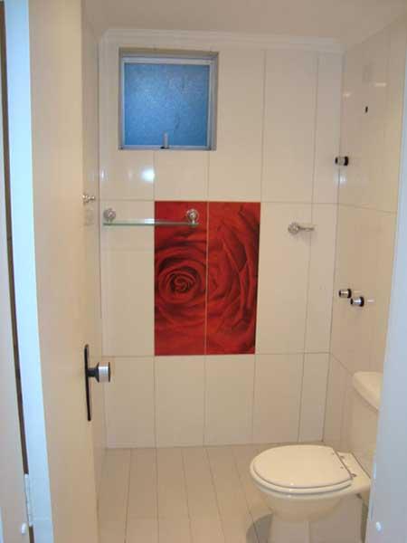30 banheiros com porcelanato bege branco preto amarelo for Imagenes de pisos decorados