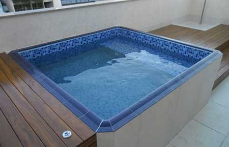 Como fazer deck para piscina passo a passo e fotos for Decorar piscina elevada