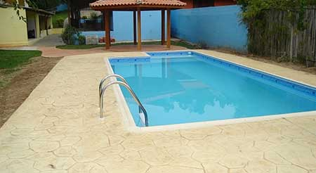 Pisos para piscina pre os fotos modelos antiderrapantes for Modelos de piscinas campestres