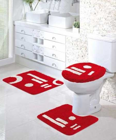 decorar banheiro velho:Os tapetes além de decorar o seu banheiro são itens de segurança