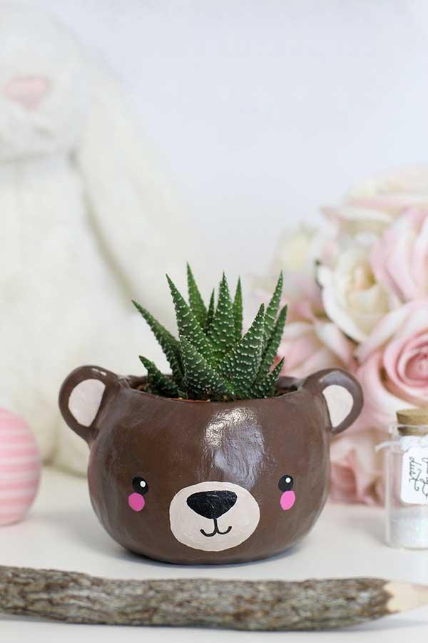 xícaras em vasos de plantas